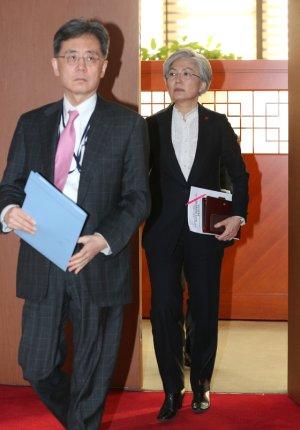 더편한 영어로 싸운 現장관vs前장관급…강경화·김현종의 '충돌'