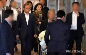 고개 떨군 文대통령…'3일 가족장' 모친 마지막 길 배웅(종합)