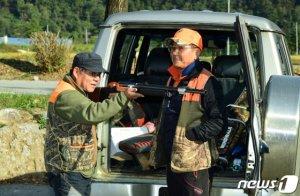 군용드론·저격용소총으로 야생 멧돼지 잡는다(상보)