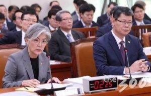 """[국감현장] '美, 北에 석탄·섬유 제재유예 제안'?…강경화 """"사실 아냐"""""""