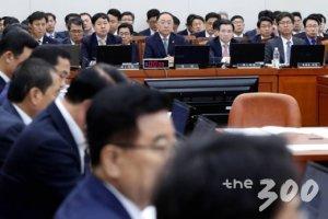 """[국감현장]文대통령 시정연설 '공방'…여야 """"보고 싶은 것만 본다"""""""