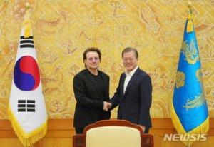 """文대통령이 U2 보노에게 """"한국전쟁도 일요일"""" 말한 이유는?"""