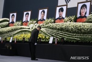"""김종필·서정용·이종후·배혁·박단비…文 눈물참으며 """"깊은 존경"""""""