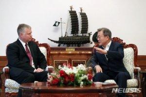 文대통령, 오늘 美 비건 만나 '북핵 협상 모멘텀 유지' 논의