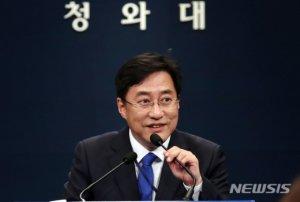 """靑, '코로나 추경' 전망에 """"이달 말 1차 대책부터…"""""""