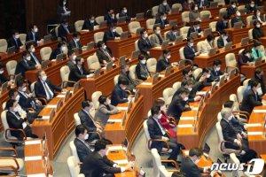 다시 문 연 국회… '마스크' 쓰고 '코로나3법' 처리했다