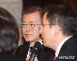 """文 """"마스크 문제 국민께 송구…내일, 모레까진 효과있을것"""""""