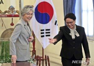 """한·인니 외교장관 통화…강경화 """"방역물품 최대한 지원"""""""