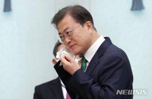 """'예배 자제' 당부 문 대통령 """"사회적 거리두기 동참해달라"""""""