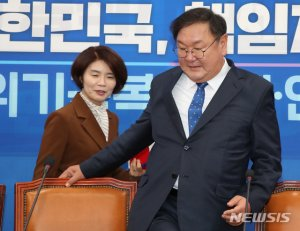 """한정애 """"원내대표, 국회 가장 큰 걸림돌""""…김태년 """"하하"""""""