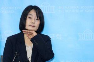 '윤미향 기자회견' 지켜본 민주당의 속내는?