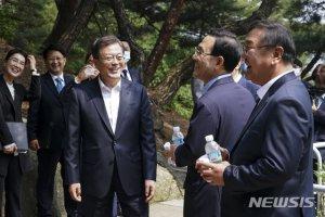 文대통령, 6주만에 비상경제회의…3차추경·뉴딜 논의