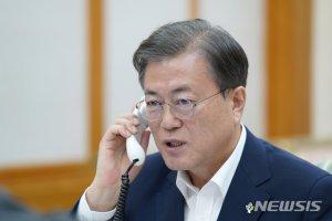 """文, 트럼프와 통화 """"G7 초청 응할것..세계정상화 신호탄""""(상보)"""