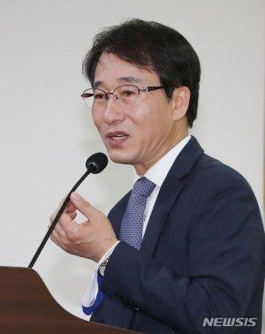 김종인이 띄운 '기본소득', 이원욱 '증세'로 받았다