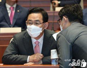 """주호영 """"합의없는 본회의 인정 못해…항의 후 퇴장"""""""