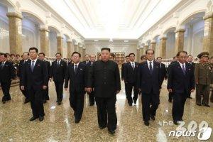 김정은, 금수산궁전 참배…김일성 사망 26주기