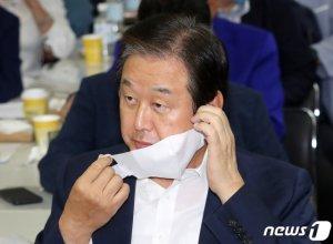 """이재명에 맞받아친 김무성 """"'엉터리 소득주도성장'의 선동가"""""""