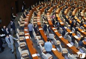 통합당, 퇴장 없이 회의장 지키며 '제2 윤희숙' 작전