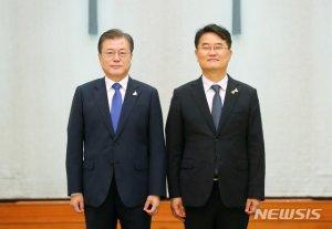 文, 윤종인 개인정보보호위원장에 임명장…'시작·조화' 강조