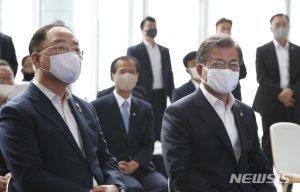 """홍남기 칭찬한 文대통령 """"경제사령탑 역할 잘하고 있다"""""""