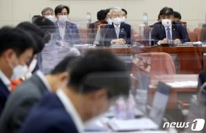 [단독]'통신비 2만원' 링 밖에서 싸운 여야…예비심사는 '패스'