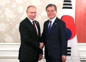 """文대통령, 푸틴에 """"한반도 평화 위한 협력 지속하자"""""""