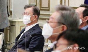 """文대통령, 또 홍남기 '특급칭찬'…플러스성장 보고에 """"경제팀 수고많다"""""""