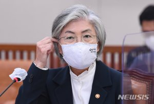 """강경화 """"방미는 美대선 이후…폼페이오, 韓 패싱 아냐"""""""