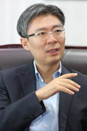 """""""정치인의 가장 큰 유혹은 관종""""…조정훈의 '진짜 정치'"""