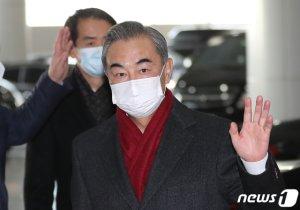 韓·日찾아 '한중일 FTA' 띄운 왕이…中 속내는?
