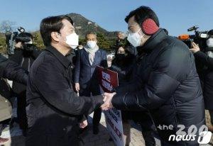 국민의힘 초선들 손잡은 안철수…김종인 '싸늘한 웃음'