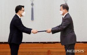 文대통령, 김진욱 초대 공수처장 임명장 수여…공수처 공식 출범