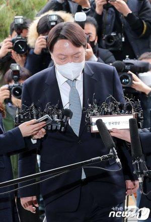 사퇴도 압수수색처럼 '윤석열 전격전'에 정치권 '셈법 복잡'