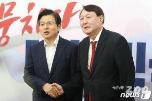 """윤석열 사퇴하자 황교안 """"힘 보태야"""", 정계 복귀 예고"""