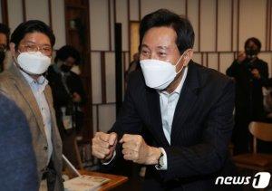 """오세훈·안철수, 어젯밤 첫 회동…""""기싸움에 휘말리지 않기로"""""""