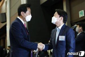 """안철수·오세훈 상대당 방문 '훈훈'…""""원활하게 소통하자"""""""