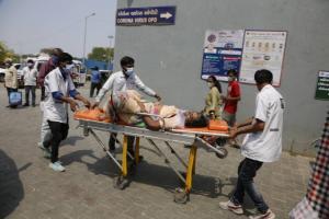 '코로나 지옥' 인도 교민들 패닉…외교행낭에 '산소발생기' 보냈다