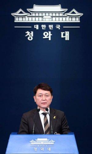 """靑떠나는 최재성 """"참 선한 文정부…측근·친인척 비리도 없어"""""""