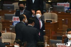 김기현, 청와대 앞서