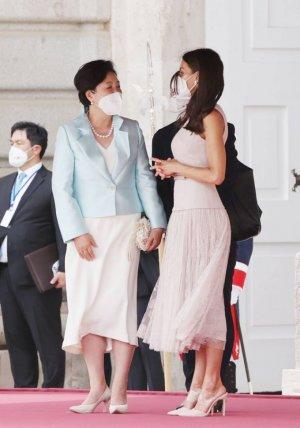 김정숙 여사, 스페인 왕비와 장애인 돕는 온세복권 교환
