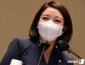 """한반도기 '독도' 설전… 배현진 """"日에 빌미""""vs도종환 """"규정대로"""""""