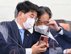 與 재난지원금 '가구별' 지급 가닥…홍남기 '80% 안' 결사항전 예고