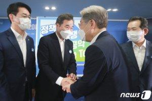 '원팀' 다짐한 이재명·이낙연…TV토론에서 다시 격돌