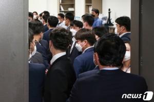 공수처, 김웅 의원실 압수수색 재개…컴퓨터 보안 해체 작업