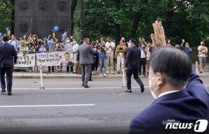 """文대통령 숙소 앞에 몰려든 교민들…""""함께 걷겠습니다"""""""