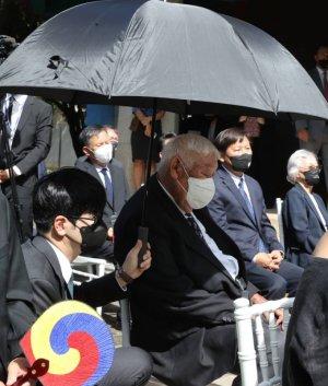 대통령 행사 참석한 고령자를 위한 탁현민의 '우산 사용법'