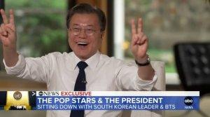 """[영상]BTS 춤 따라한 文대통령 """"이런게 있죠?"""""""
