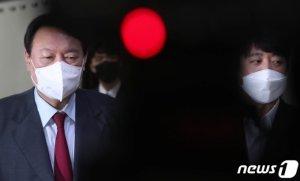 """당도 방어 포기, 윤석열 결국 """"유감""""…전두환 발언, 왜 하필 지금"""