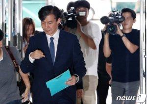 """조국 """"국민 여러분께 참으로 송구…문재인 개혁과제 임무 완수할 것""""(상보)"""