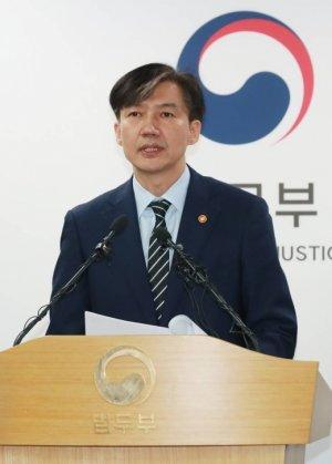 """조국, 검찰개혁안 발표 3시간만에 '자진 사퇴'…""""불쏘시개 역할 끝났다""""(종합)"""